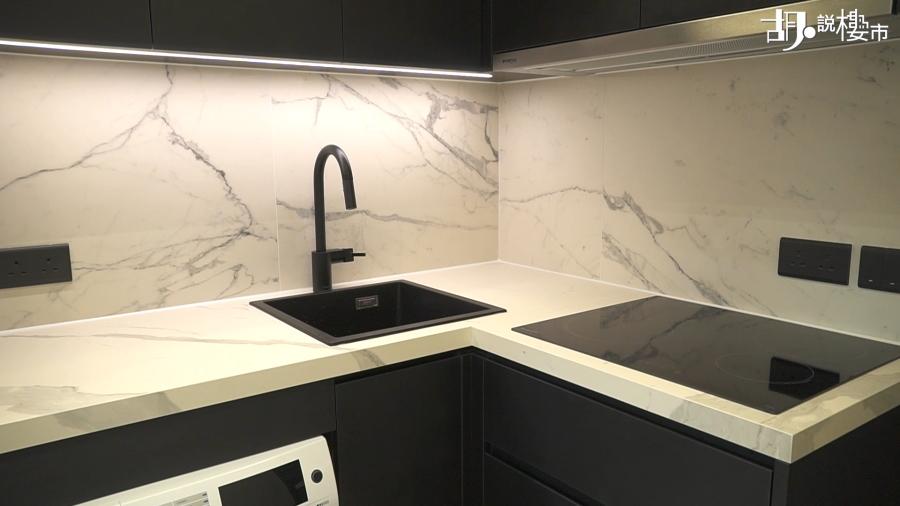 單位的廚房、衣櫃、鞋櫃、床及床頭板也用上啞黑色的膠板