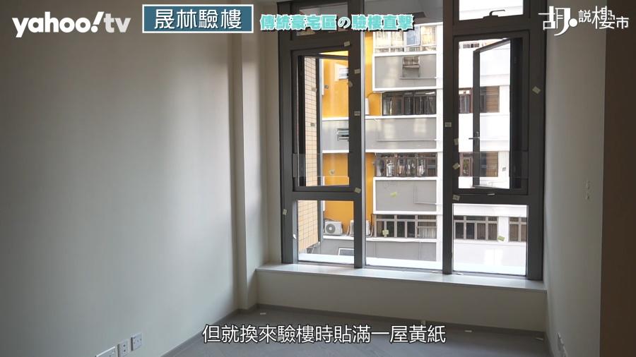 全屋的窗框上貼滿了黃紙