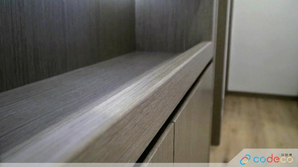 這個走廊裝了入牆櫃,櫃邊設有凹形扶手