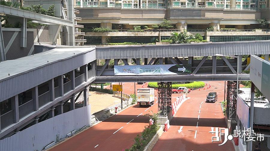 康城站C出口出發,經過接駁天橋,步行大約5分鐘便能到達。