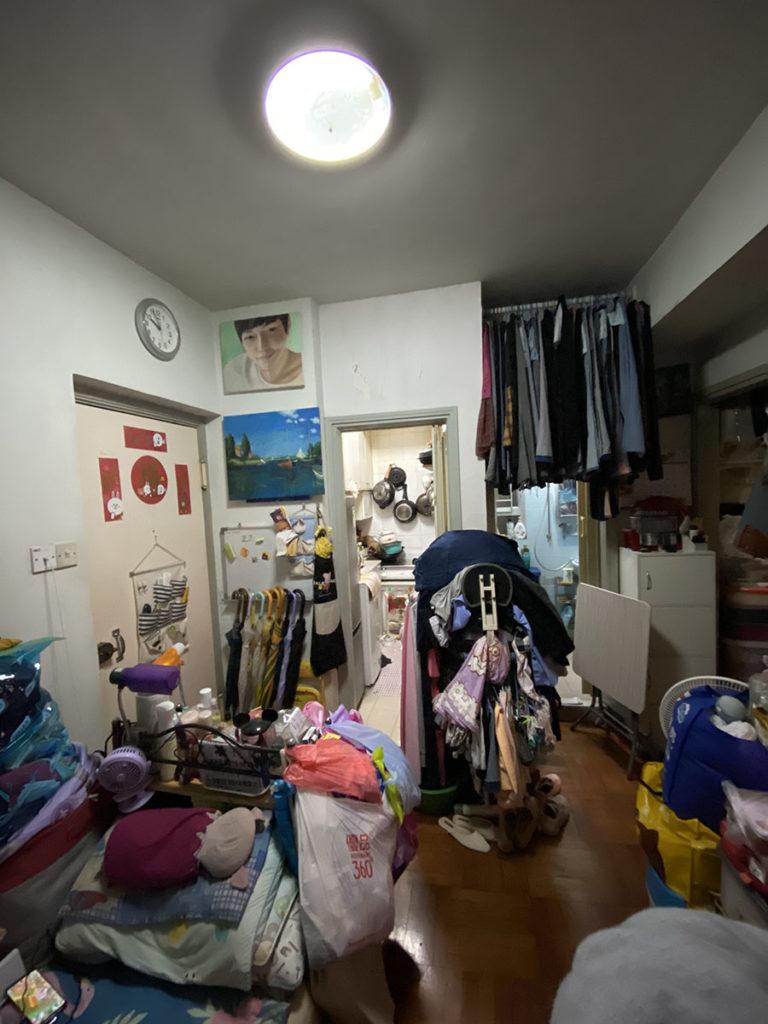 單位堆滿雜物,客廳連坐的位置也沒有