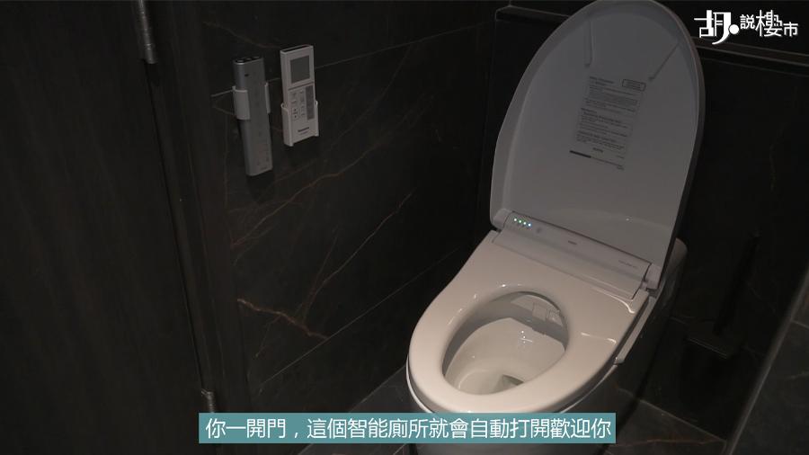 馬桶放在廁所門後的凹位
